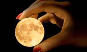 Mond in den Haenden