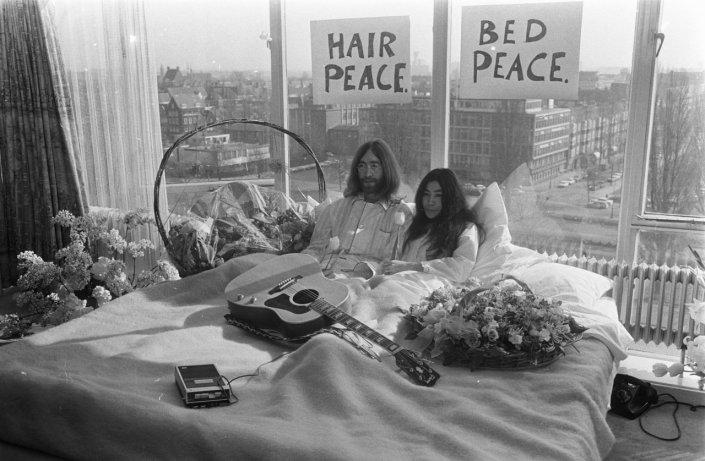 Bed-In_for_Peace,_Amsterdam_1969_-_John_Lennon_&_Yoko_Ono_17